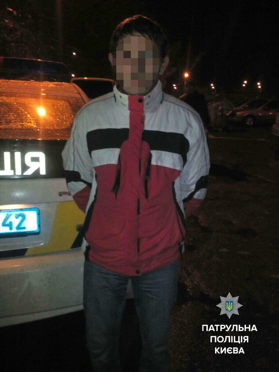 В Киеве мужчина избил и ограбил прохожую