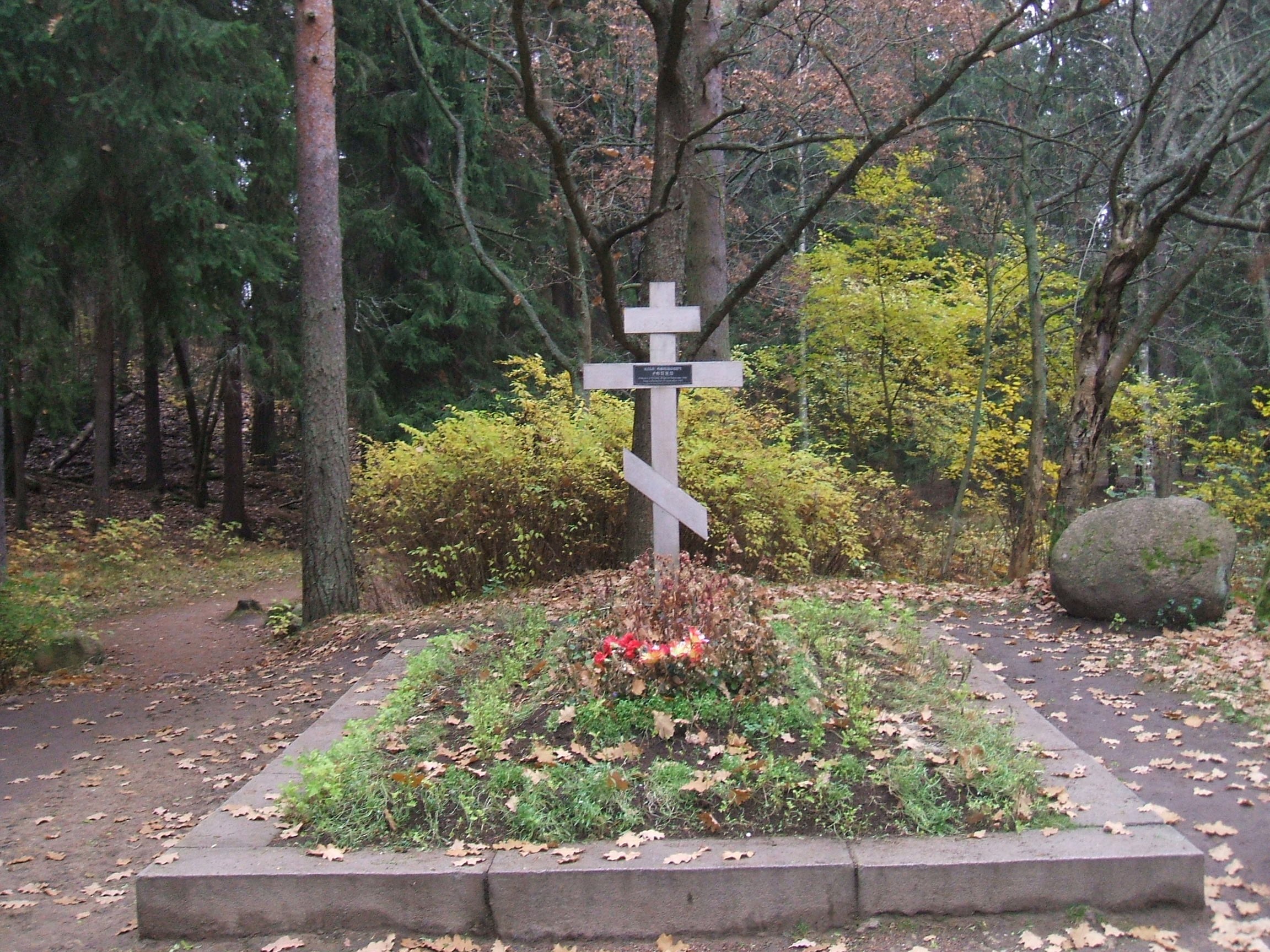 Под Харьковом мужчина надругался над могилой
