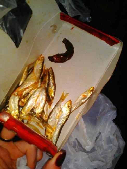 Криворожанке в коробке с тюлькой попался огромный червь