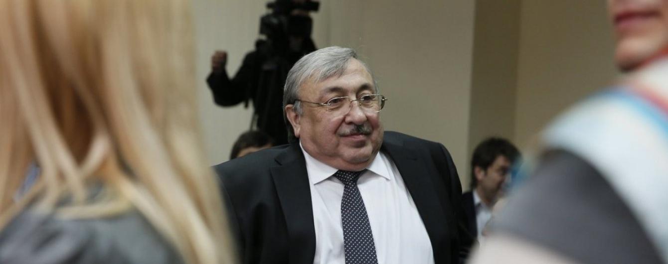 А он никак не успокоится: скандальный судья, которого выгнали с работы, пытается вернуться на должность