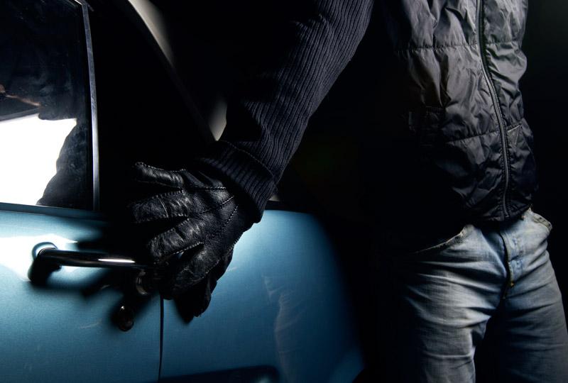 На Днепропетровщине угонщик хотел сбежать через дыру в стене