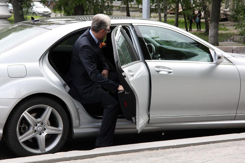 Наглости хватает: чиновник катается на машине, которая должна принадлежать АТОвцям