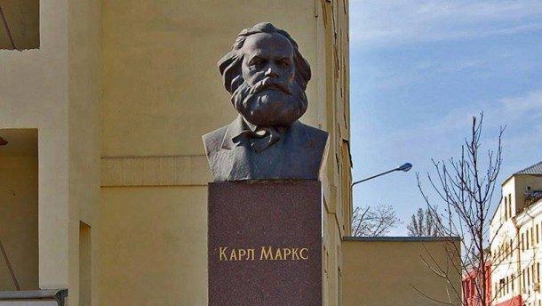 Нас призывает, а сам не выполняет: Порошенко уважает Карла Маркса