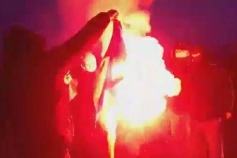 В Польше во время «Марша независимости» активисты сожгли флаг Украины