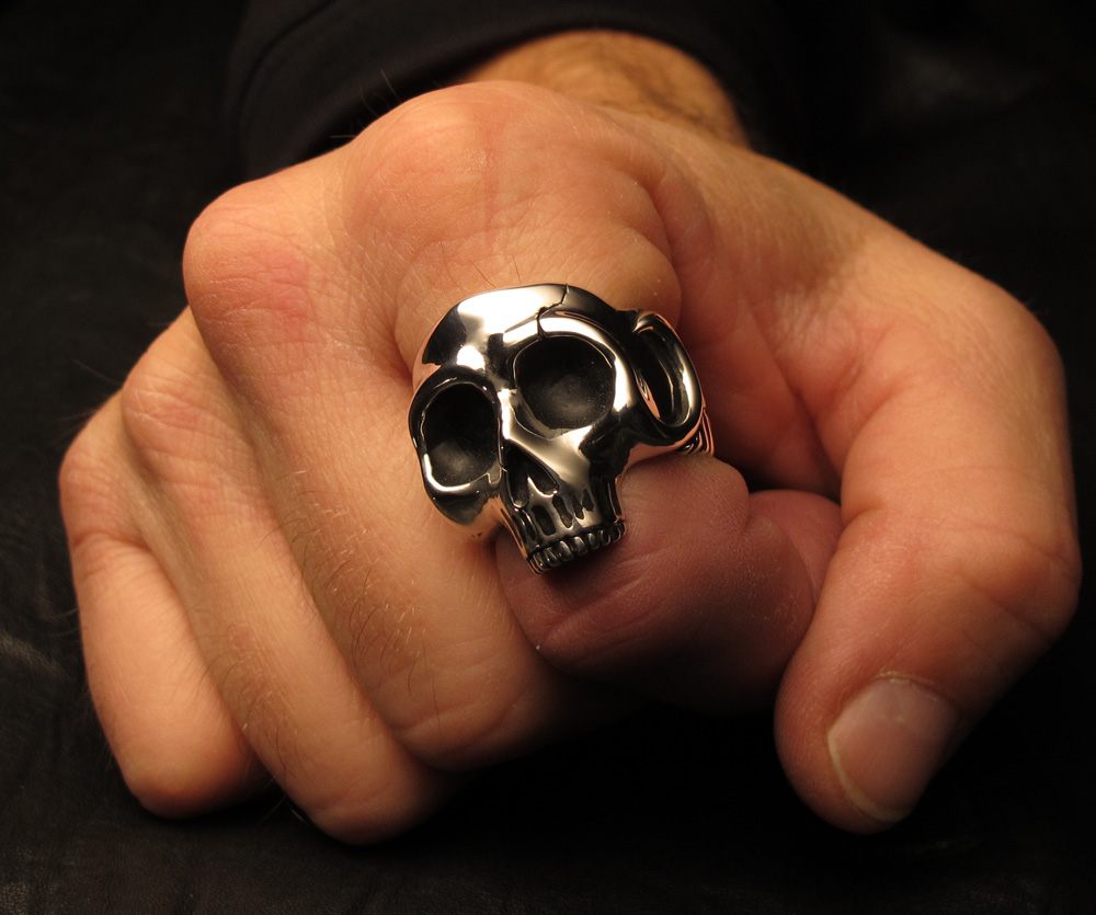 В Днепре мужчина средь бела дня снимал кольца с пьяных женщин
