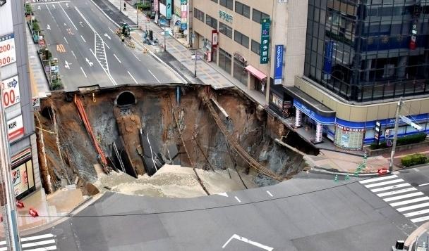 Трагедия в Японии: жуткий обвал дороги. Страшное зрелище (ВИДЕО)