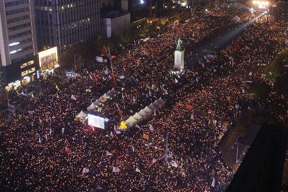 Массовый протест: около 50 тысяч человек требуют отставки президента
