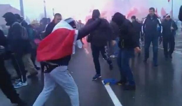 Настоящие рагули: украинскую сеть очень возмутило отвратительное поведение поляков с украинским флагом