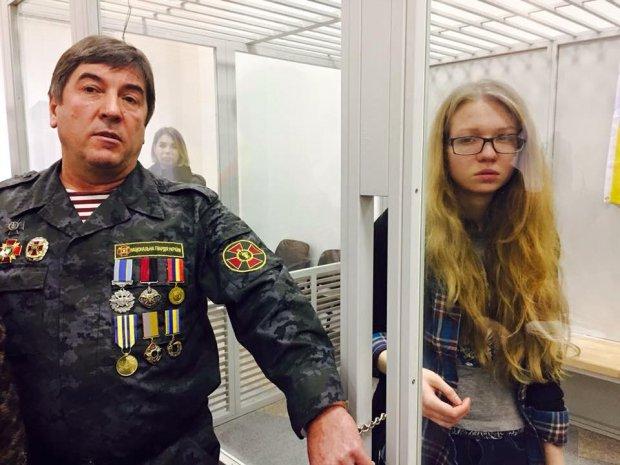 Или на волю, или в СИЗО: нардеп приковал себя наручниками к националистке Заверухе