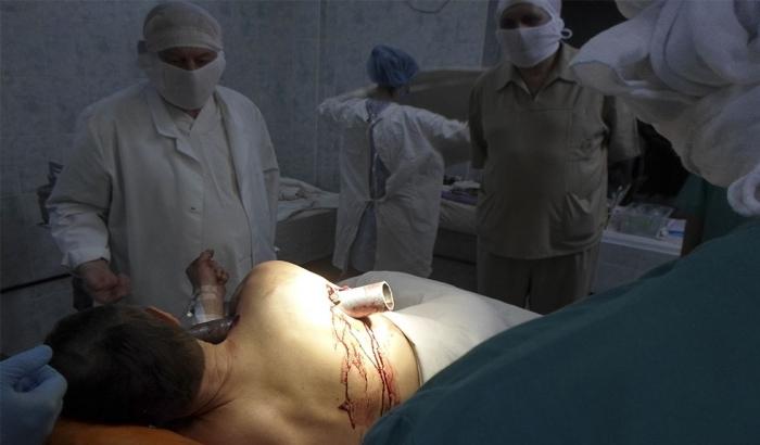 Это просто ужасно: труба пробила тело мужчины. Слабонервным не смотреть. Есть ВИДЕО (+18)