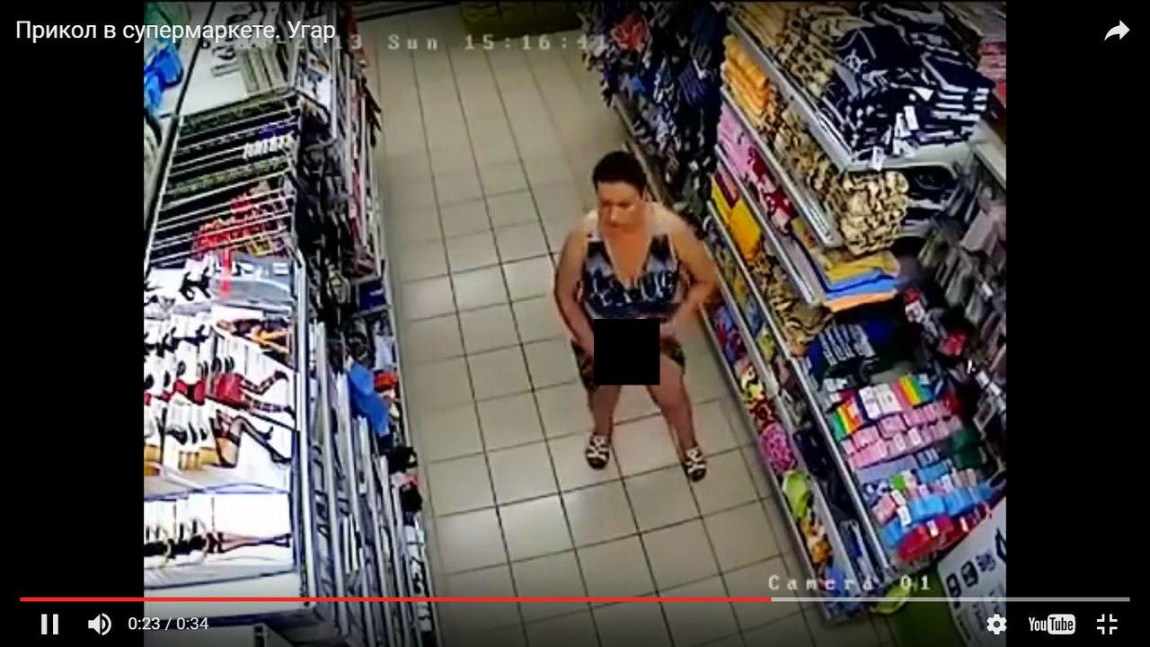 Куда она пихает носки? Женщина опозорилась на всю сеть неудачной кражей