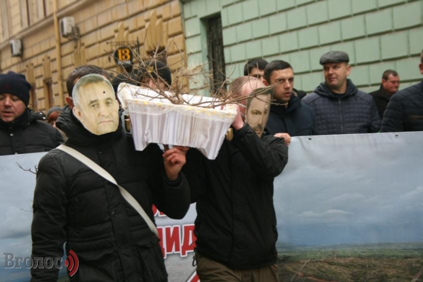 Во Львове скандал: активисты под облсоветом с гробом и сожженным лесовозом. Есть впечатляющие ФОТО, ВИДЕО
