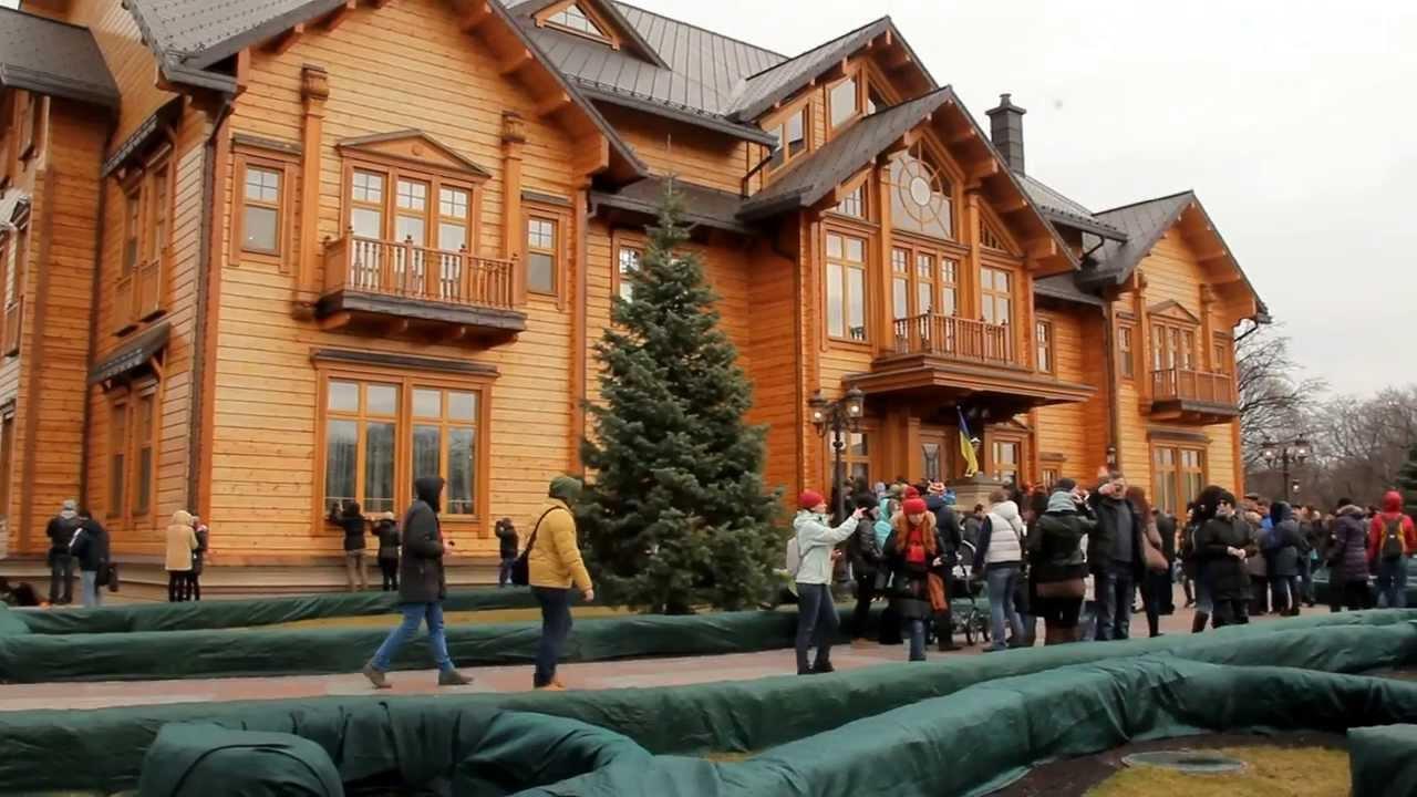 В бывшей резиденции Януковича состоялся марафон в костюмах