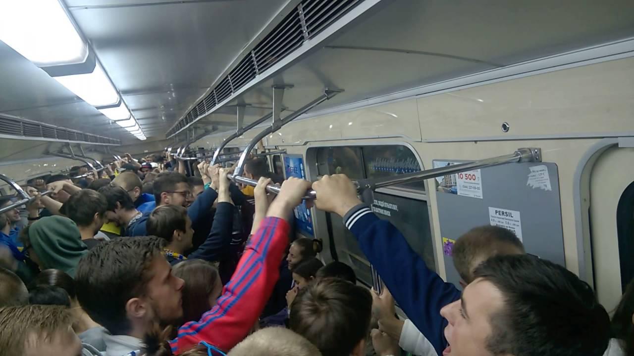 Непристойность за милость: нищая в метро облаивает людей, которые жертвуют ей средства. Есть ВИДЕО этого события