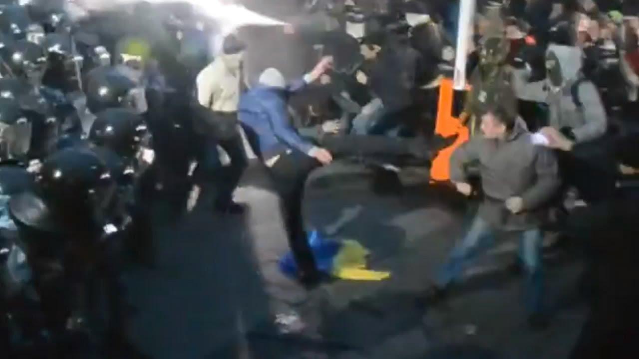 На майдане начались жестокие столкновения между националистами и полицией