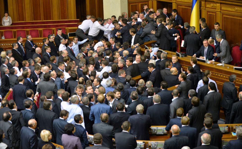 Депутатов также «душат»: появилось видео драки известных чиновников (ВИДЕО). Такого вы еще не видели!