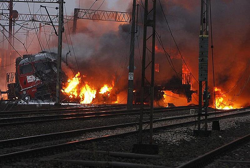 Впечатляющий «салют» от электрички: вспыхнул поезд (ВИДЕО). Вы должны это увидеть!