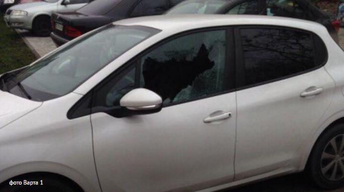 Ночью во дворе львовской многоэтажки разбили сразу 12 автомобилей