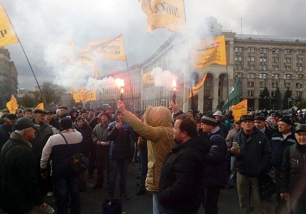 Люди потеряли вклады в банке: протестующие перекрыли Крещатик и бросили дымовую шашку в кордон полиции