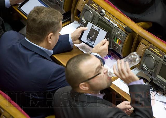 А в голове не народ, а голые девки: вместо работать, депутат рассматривал пикантные фото обнаженных девушек (ФОТО)