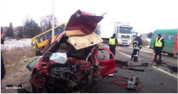 Один человек погиб, трое травмированы в ДТП между маршруткой и легковушкой возле Львова