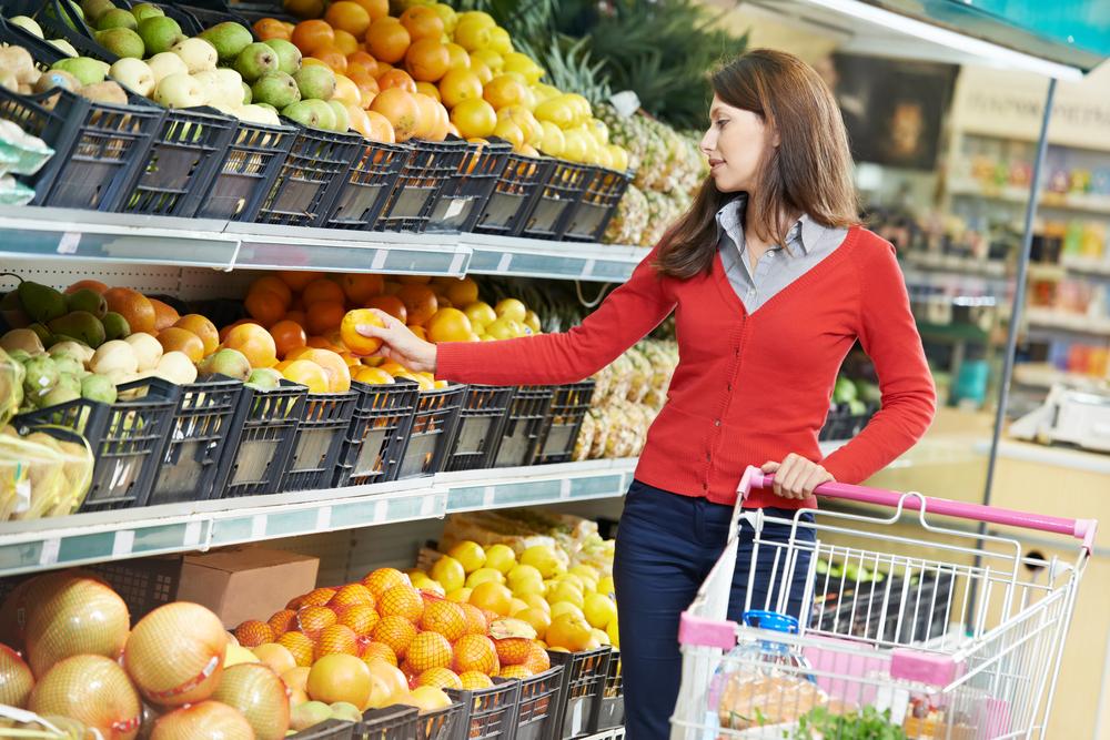 Посмотрите, оно же все гнилое!: как известный супермаркет обманывает покупателей испорченными продуктами (ВИДЕО). Ни в коем случае НЕ ПОКУПАЙТЕ там ничего