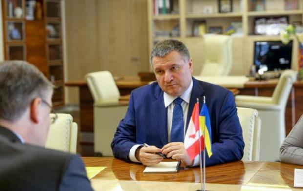 «Твое лицо, когда посол умеет говорить на украинском, а ты — нет»: сеть хохочет с гопника Авакова (ФОТО)