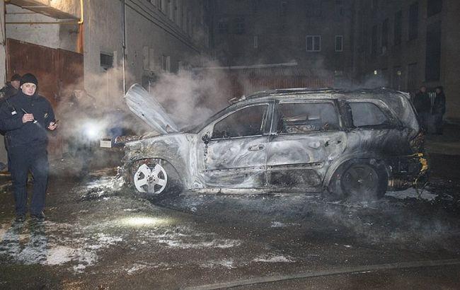 Сгорела дотла: в Ужгороде сожгли машину чиновницы (ФОТО)