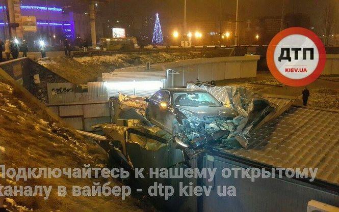 Удачно «припарковался»: в Киеве из-за ДТП машина оказалась на крыше торгового киоска (ФОТО)