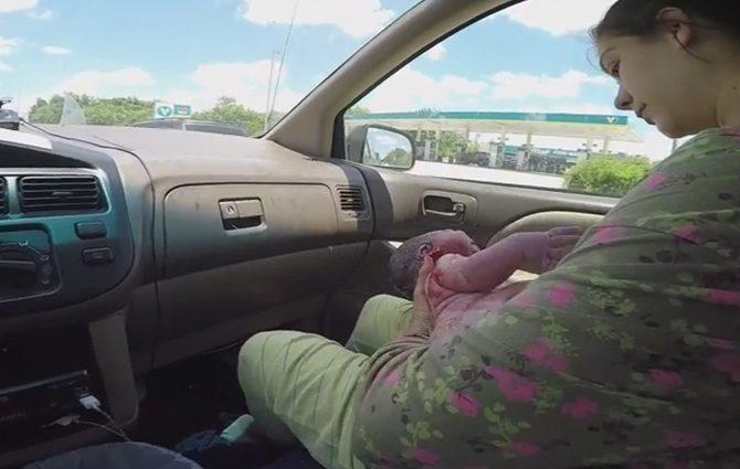 Вот так роды: женщина родила малыша за 1 минуту в машине на полной скорости (ВИДЕО +18)