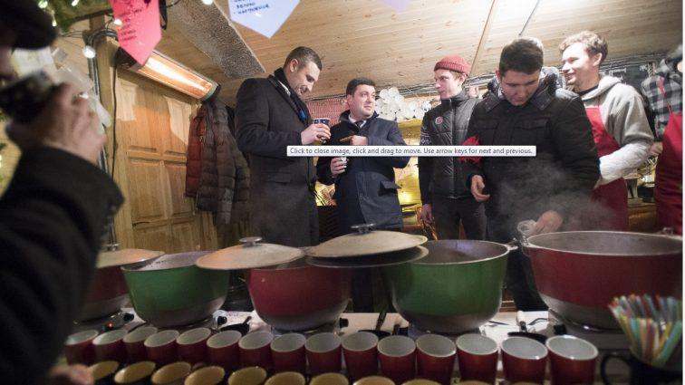 Распивали алкоголь и делали селфи: как Гройсман и Кличко развлекались под главной елкой страны (ФОТО, ВИДЕО)