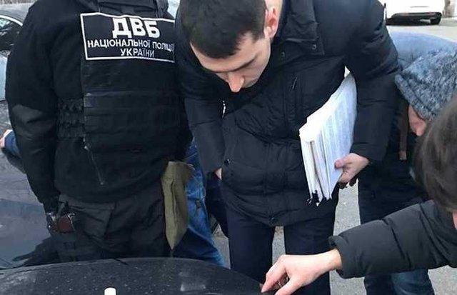24-летняя работница МВД попалась на взятке в тысячу долларов