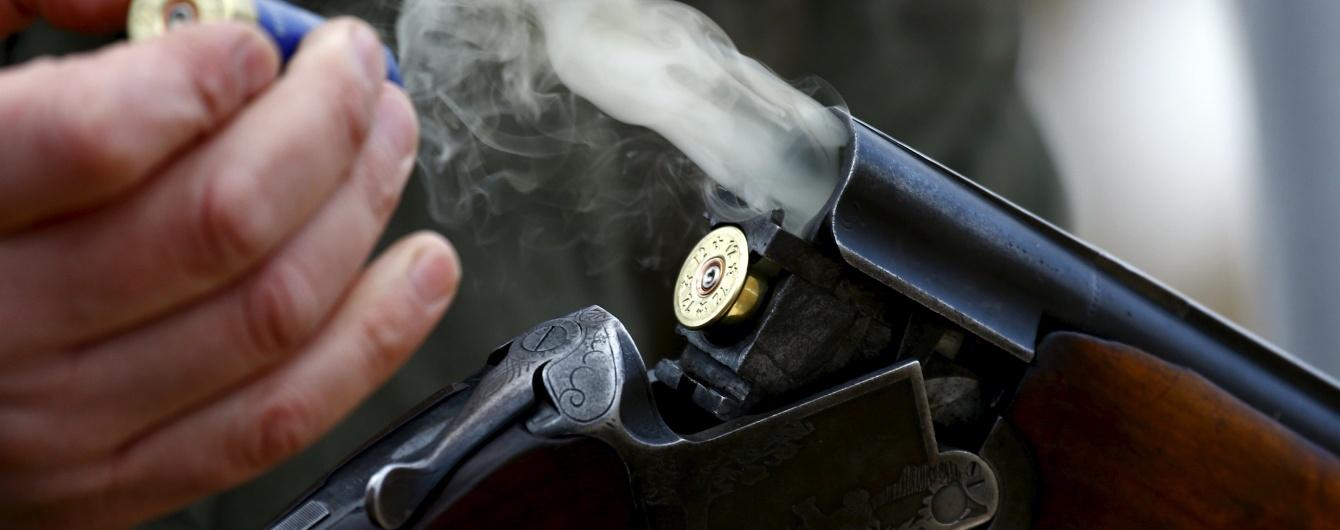 Неадекватный мужчина обстрелял полицейских и застрелился