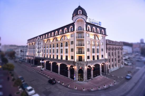 Сергей Тигипко купил у россиян отель Radisson Blu Podil