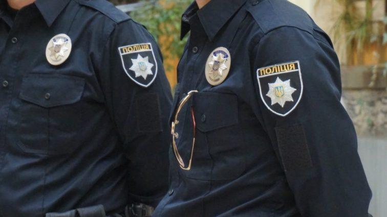 Заслуживает уважения: полицейский, рискуя жизнью, спас жизнь женщине (ВИДЕО)