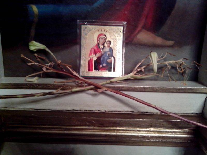 Настоящее чудо: в церкви на Львовщине у иконы зацвели сухие лилии (ФОТО)