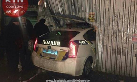 Когда они научатся ездить: полицейские в Киеве разбили киоск (ФОТО)