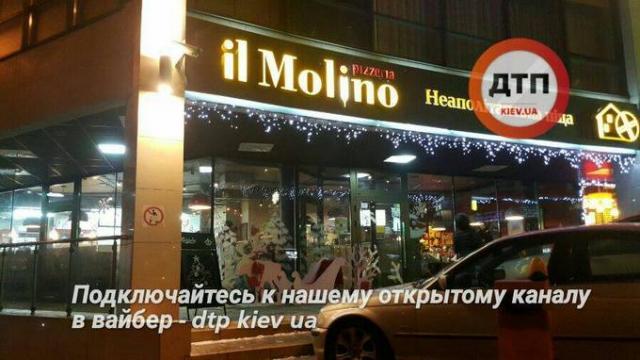 Подрались кулаками: в Киеве посетители разгромили весь ресторан (ФОТО). Целого ничего не осталось