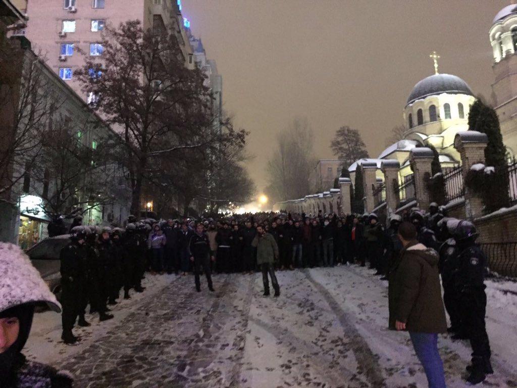 Массовое безумие: появилось ФОТО, ВИДЕО (+18) погрома возле «Олимпийского». Присутствует нецензурная лексика