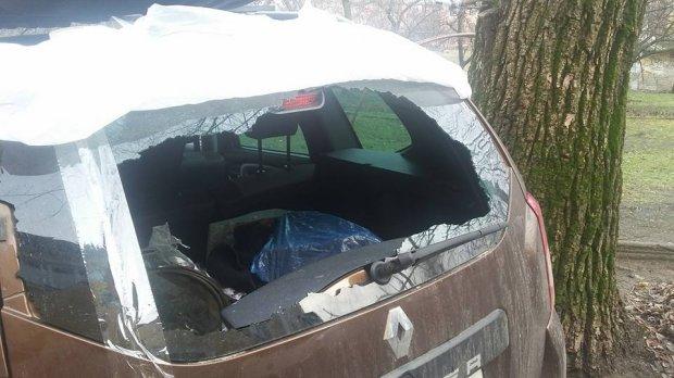 Неизвестные побили и ограбили авто участника АТО в Киеве