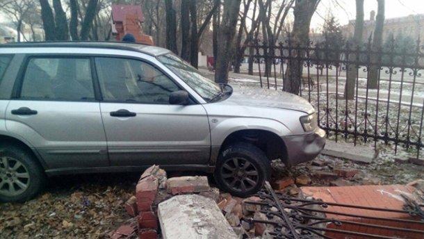 В Одессе пьяный мужчина разбил забор Военной академии да еще и на чужом авто