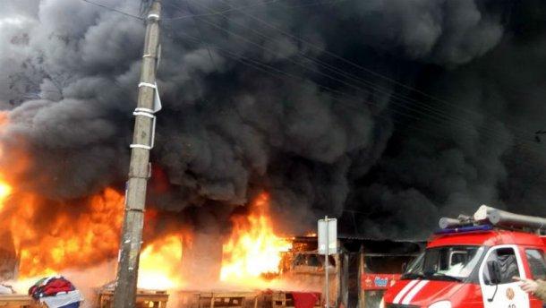 Страшный пожар на рынке в Киеве: спасатели нашли труп