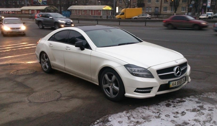 Гений парковки: элитный автохам запхал свою машину на тротуар (ФОТО)