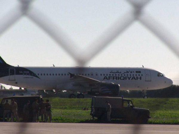 Оказалось, что у похитителей ливийского самолета вместо оружия были муляжи