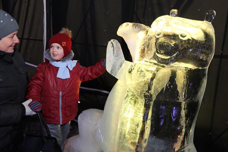 Миньоны, Панда кунг-фу и другие персонажи мультиков: во Львове открыли выставку ледяных скульптур (ФОТО, ВИДЕО)