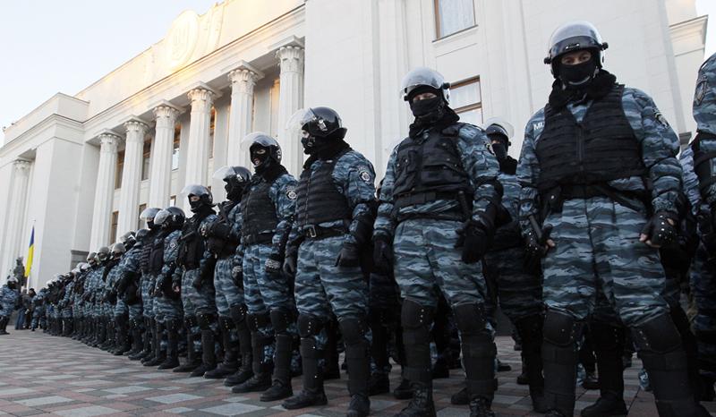 Подозреваемому в убийстве трех активистов экс-беркутовцу назначили домашний арест