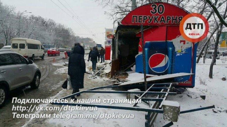 Жуткое зрелище: в Киеве грузовик разбил остановку и парикмахерскую. Пострадавшие в тяжелом состоянии. Впечатляющие ФОТО, ВИДЕО