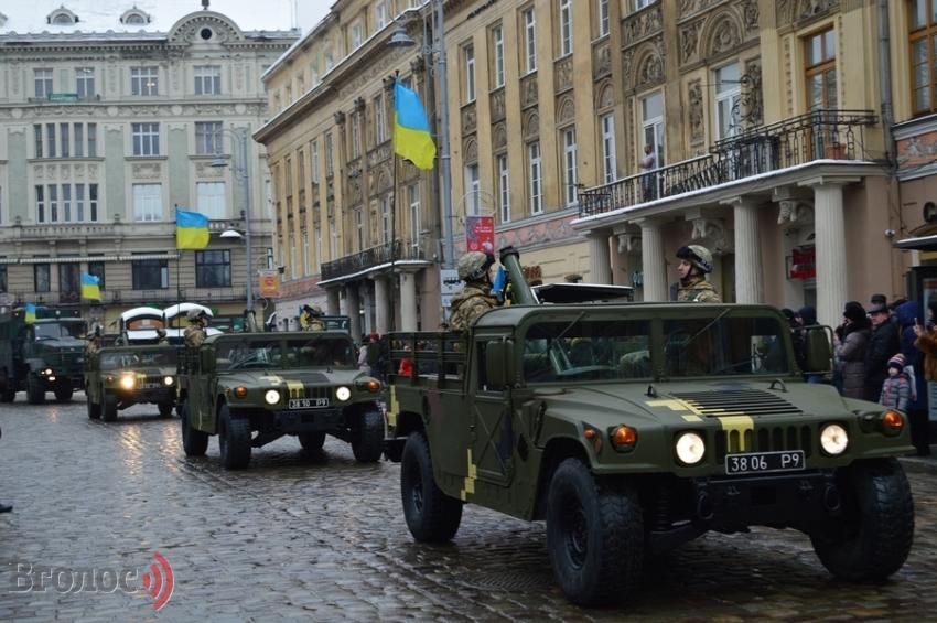 Марш защитников Украины (ФОТО, ВИДЕО): военные, добровольцы, волонтеры и техника в центре Львова
