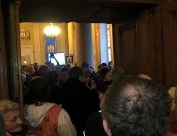 Полный хаос во Львовском горсовете: сотни людей пришли к Садовому (ФОТО)