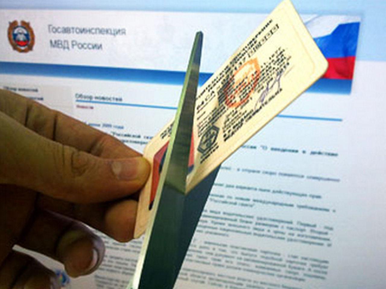 Порошенко подписал закон, который лишит водительских прав более тысячи украинцев